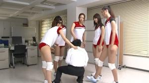 男にに蹴りを入れる女子たち