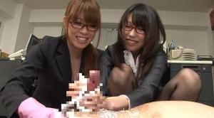 手コキを楽しんでるメガネの秘書