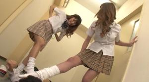 女子校生たちに脅されて無理やりルーズソックスの足責めされる