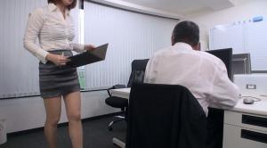 同僚の女性教師にミスをとがめられる変態先生