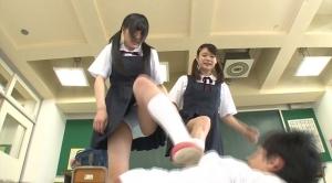 男子を蹴る女子