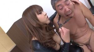 捕まえた女子トイレ盗撮魔を恫喝する女刑事