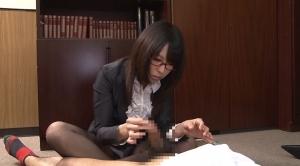 手コキする知的な美人メガネ秘書