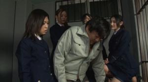 ドSな女看守たちが囚人を罵倒