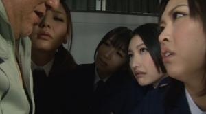 囚人に詰め寄る囚人の監視役の女たち