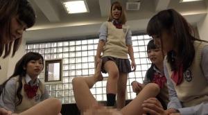 女の子たちに体を押さえつけられ足コキされる
