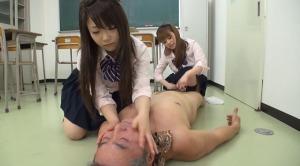 女子校生がビンタしながら手コキ