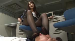 足を舐めさせる女