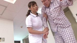 看護師のおっぱいに触れて興奮してきた