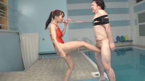 スイミングスクールの爆乳コーチが生徒にお仕置きとして金蹴り