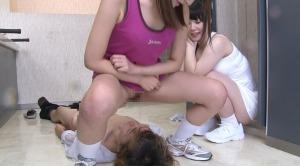 テニス部の女子校生達に聖水責めされる変態男子