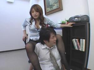 女上司がM男社員に黒パンストの美脚で脚責め