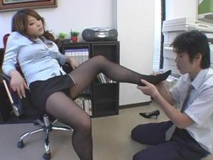 パワハラ女上司がM男社員に足を舐めるよう命令する