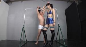 長身美脚のスレンダーボディコンS級美女がM男を懸垂バーに吊り下げ緊縛ヒザコキ